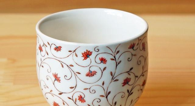 唐草模様を纏ったカップ