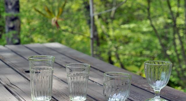 木陰で涼しくいただく冷茶にあう くるみガラス