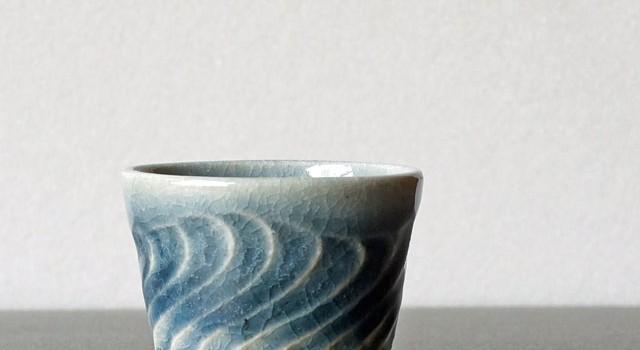 波模様のブルーのカップ