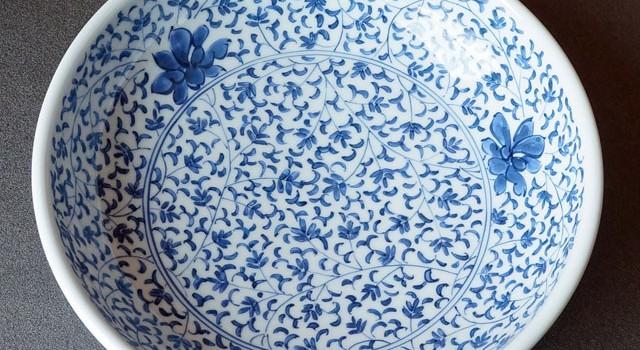 緻密な唐草模様の大鉢