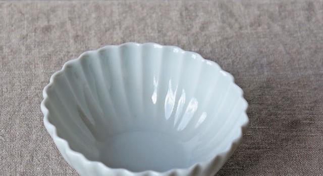 菊の花の形をした磁器の小鉢